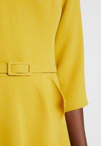 Apart - DRESS WITH BELT - Robe d'été - yellow - 6