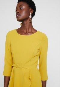 Apart - DRESS WITH BELT - Robe d'été - yellow - 4