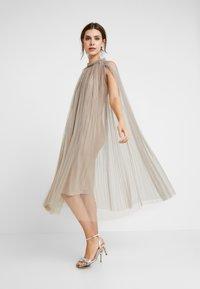 Apart - DRESS WITH BELT - Robe de soirée - silver - 2