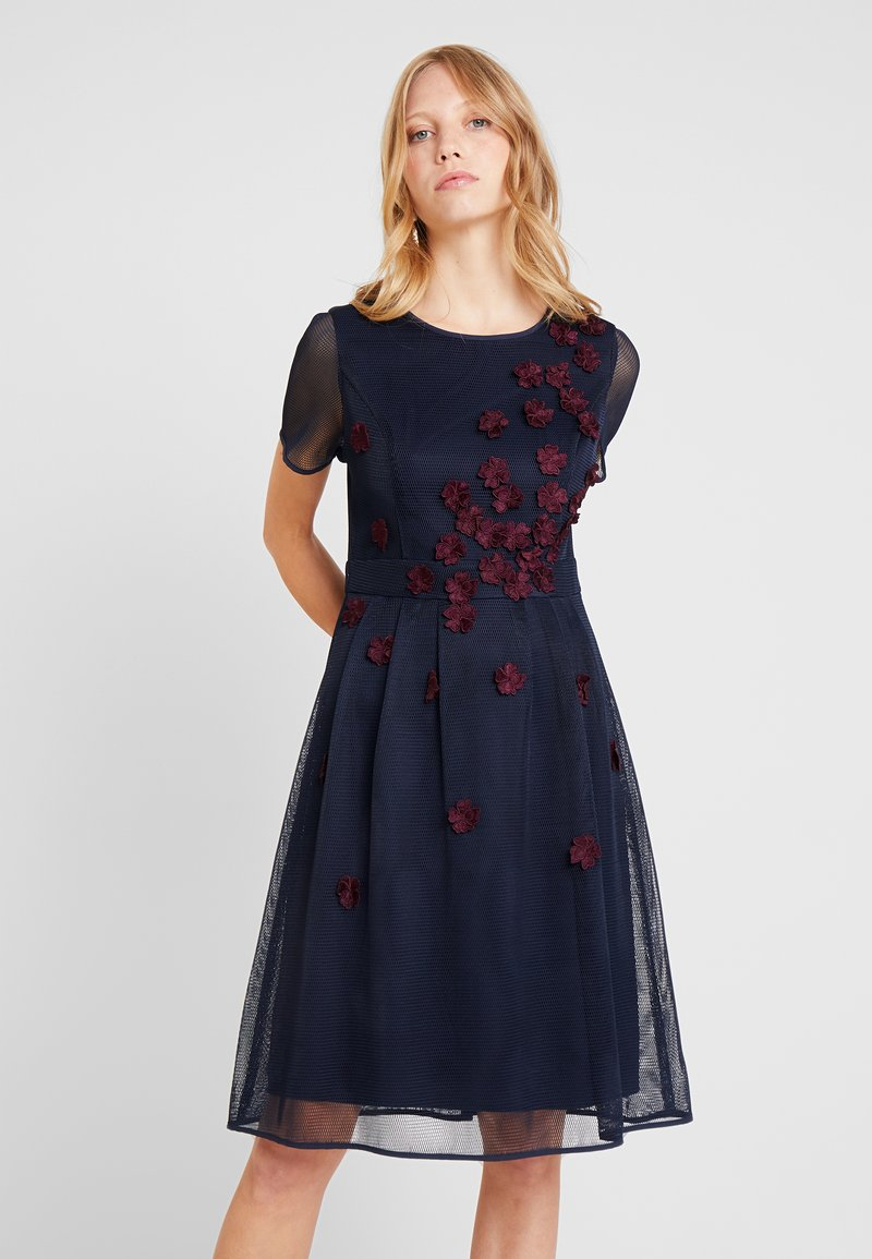 Apart - DRESS WITH FLOWER EMBROIDERY - Cocktailkleid/festliches Kleid - midnight blue/bordeaux