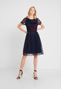 Apart - DRESS WITH FLOWER EMBROIDERY - Robe de soirée - midnight blue/bordeaux - 1
