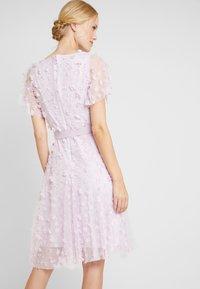 Apart - EMBROIDERED DRESS - Sukienka koktajlowa - lavender - 3