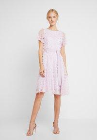 Apart - EMBROIDERED DRESS - Sukienka koktajlowa - lavender - 2