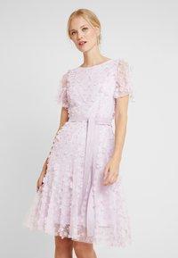 Apart - EMBROIDERED DRESS - Sukienka koktajlowa - lavender - 0