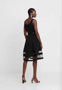 Apart - DRESS WITH ORGANZA - Koktejlové šaty/ šaty na párty - black - 3