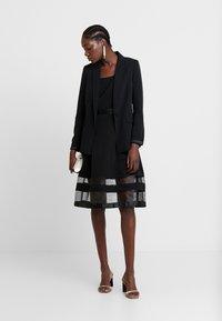 Apart - DRESS WITH ORGANZA - Koktejlové šaty/ šaty na párty - black - 2