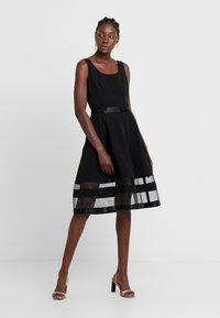 Apart - DRESS WITH ORGANZA - Koktejlové šaty/ šaty na párty - black - 0