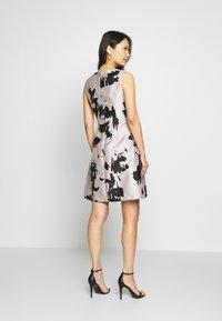 Apart - Vestito elegante - powder/black - 2