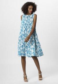 Apart - PRINTED DRESS - Robe d'été - petrol/cream - 1