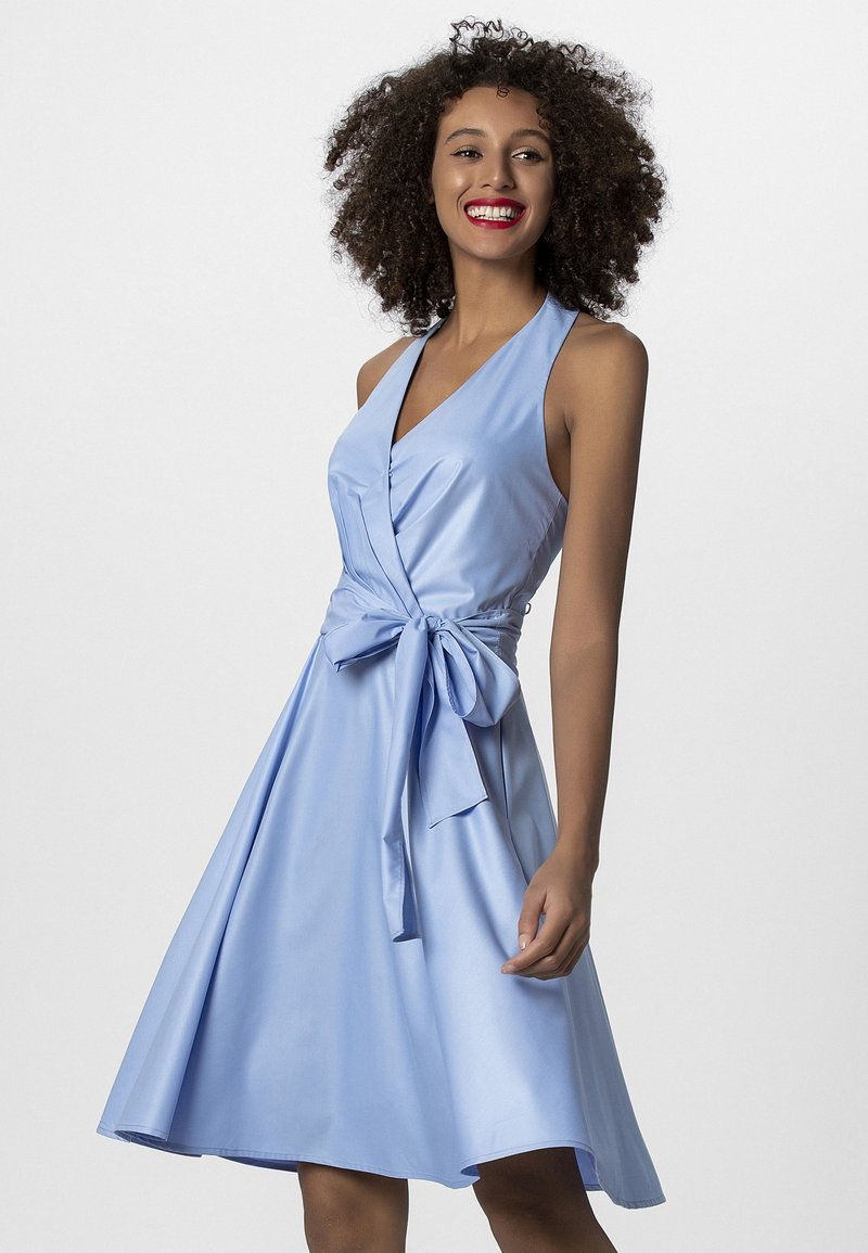 Apart - NECKHOLDER DRESS - Robe d'été - lightblue