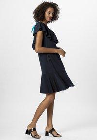 Apart - DRESS WITH VOLANTS - Denní šaty - midnightblue - 1