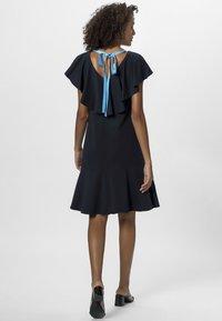 Apart - DRESS WITH VOLANTS - Denní šaty - midnightblue - 2