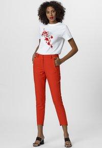 Apart - T-shirt imprimé - white/orange - 1