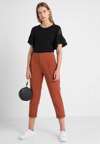 Benetton - CROPPED SOFT PANT - Pantalon classique - nutmeg - 2
