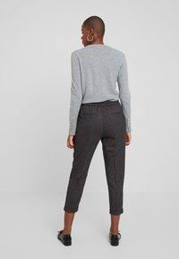 Benetton - CHECK ELASTIC WAIST CIGARETTE PANT - Trousers - grey - 2