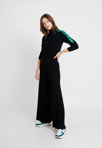 Benetton - KICK FLARED TROUSERS - Pantaloni - black - 1