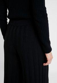 Benetton - KICK FLARED TROUSERS - Pantaloni - black - 3
