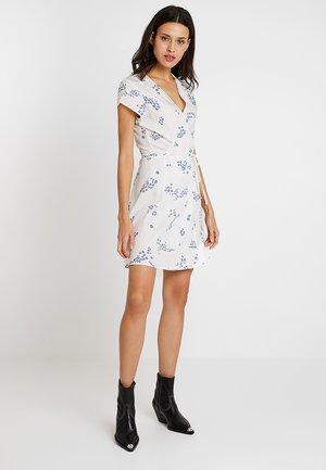 PRINTED WRAP DRESS - Denní šaty - white/blue