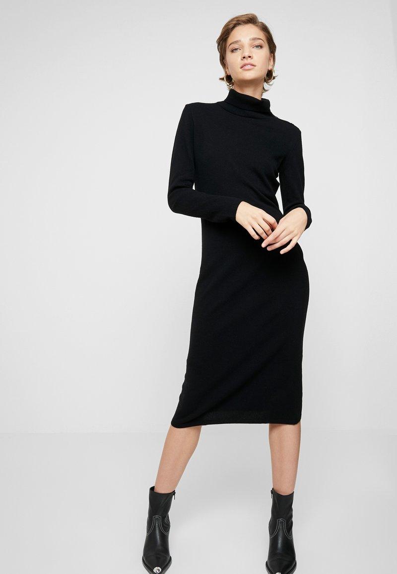 Benetton - TURTLE NECK DRESS - Pletené šaty - black