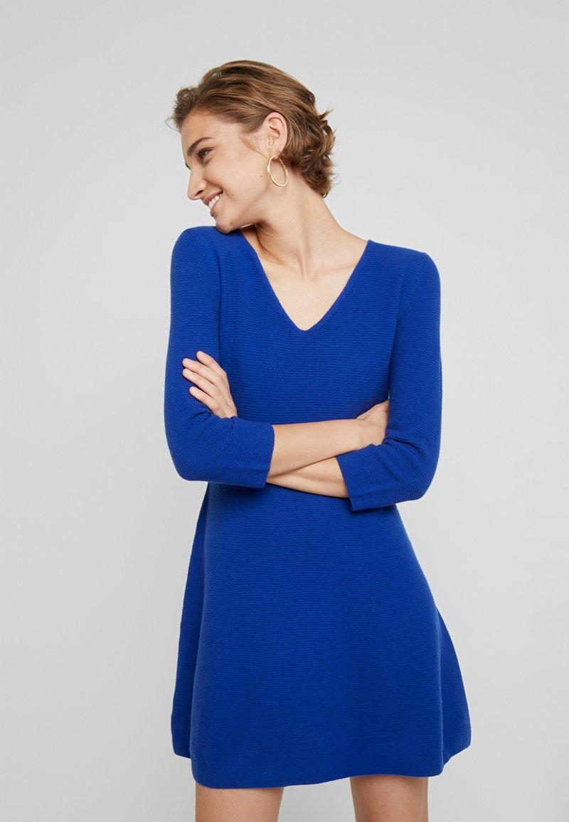 Benetton - VNECK SKATER DRESS - Pletené šaty - royal blue