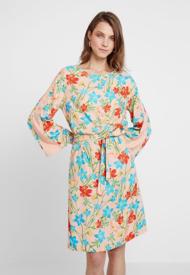 Benetton - DRESS - Denní šaty - nude
