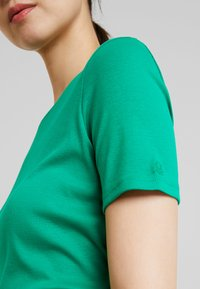 Benetton - ROUND NECK TEE - T-shirts - bright green - 5