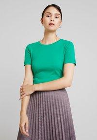 Benetton - ROUND NECK TEE - T-shirts - bright green - 0