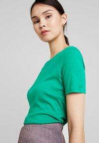 Benetton - ROUND NECK TEE - T-shirts - bright green - 3
