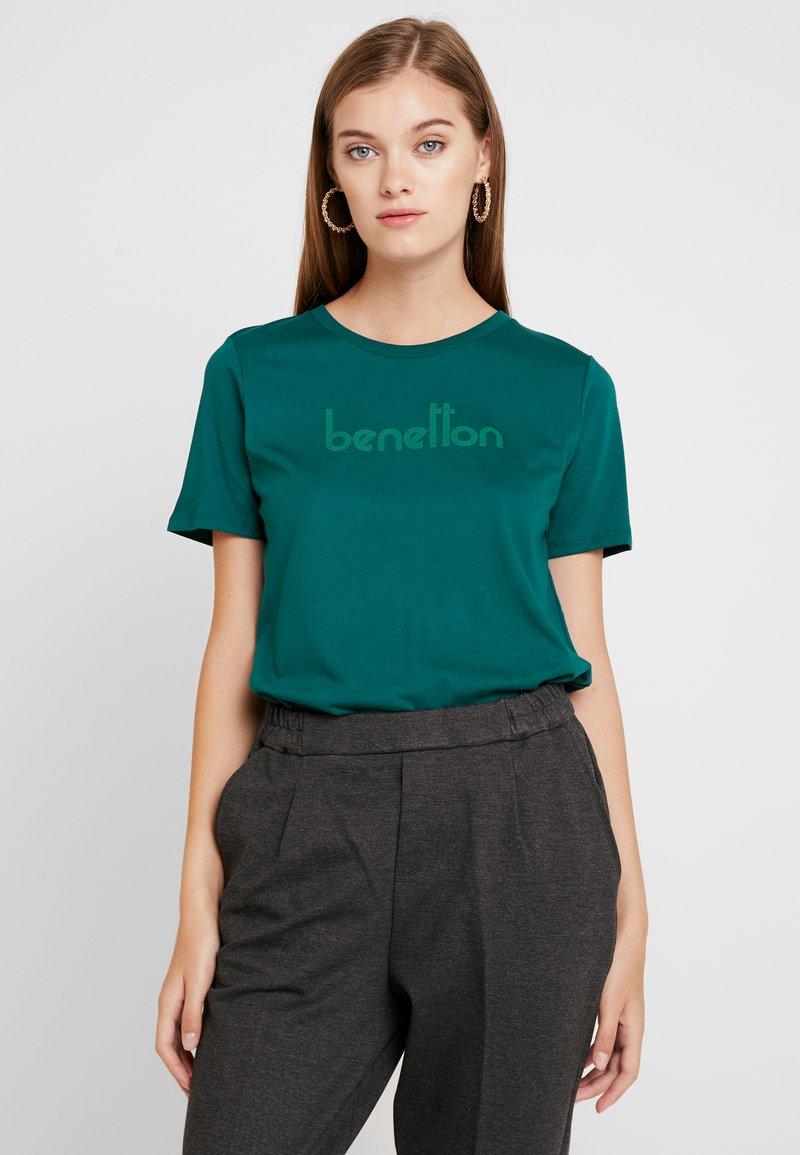 Benetton - ROUND NECK TEE LOGO - Print T-shirt - forest green