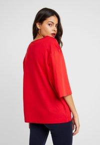 Benetton - T-shirt z nadrukiem - red - 2