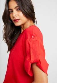 Benetton - T-shirt z nadrukiem - red - 5