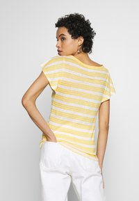 Benetton - T-shirt con stampa - yellow - 2