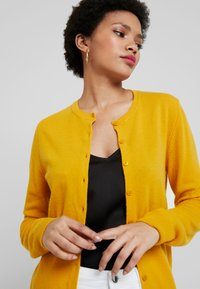 Benetton - ROUND NECK CARDIGAN - Kardigan - mustard yellow - 3