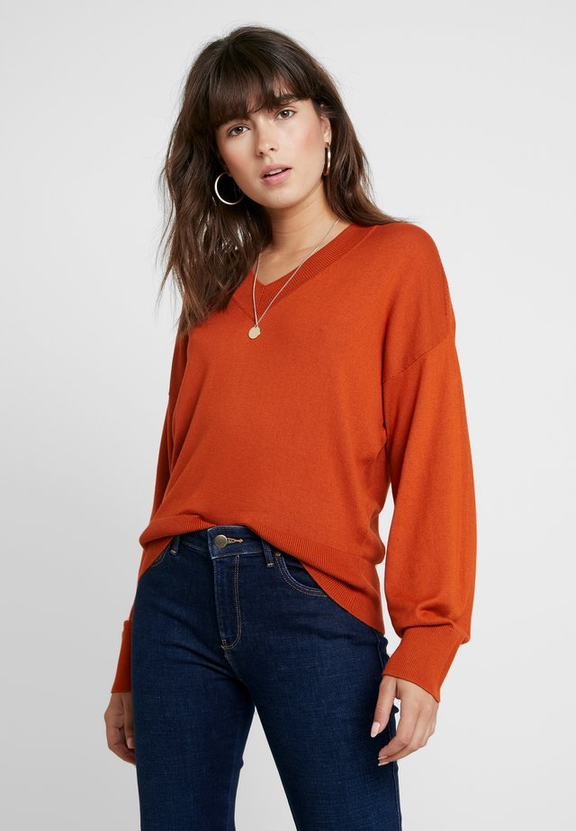 RELAXED V NECK - Stickad tröja - toffee brown