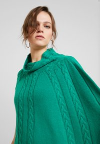 Benetton - MIX CABLE PONCHO - Poncho - green - 3