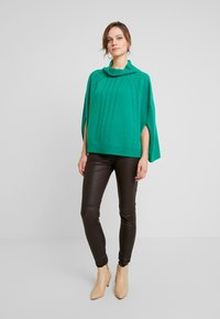 Benetton - MIX CABLE PONCHO - Poncho - green - 1