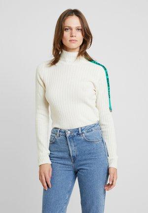 TURTLE NECK TAPE DETAIL - Sweter - white