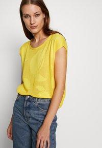 Benetton - T-shirt con stampa - yellow - 3