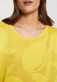 Benetton - T-shirt con stampa - yellow - 5