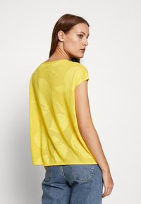 Benetton - T-shirt z nadrukiem - yellow - 2
