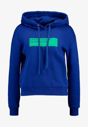 HOODED WITH LOGO BADGE - Felpa con cappuccio - bright blue