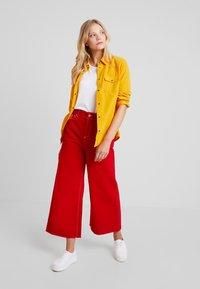 Benetton - CROP - Jeans a zampa - red - 2