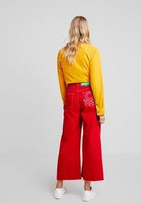 Benetton - CROP - Jeans a zampa - red - 3