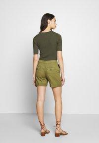 Benetton - BERMUDA - Shorts - khaki - 2