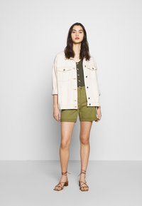 Benetton - BERMUDA - Shorts - khaki - 1
