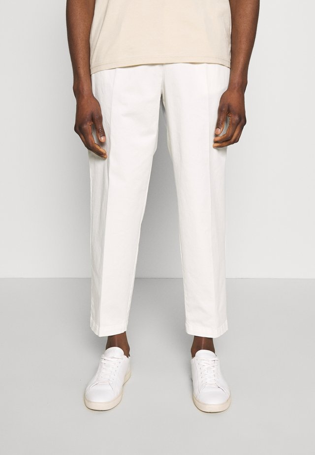 MODERN SUMMER - Chino - white