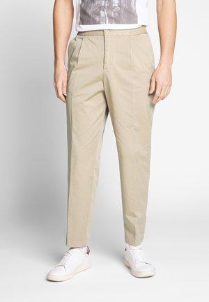 MODERN SUMMER - Chino kalhoty - beige