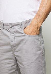 Benetton - BASIC CHINO - Shorts - grey - 4