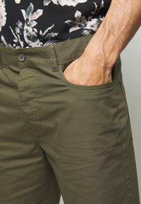 Benetton - BASIC CHINO - Shorts - military green - 4