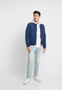 Benetton - SLIM ROLLED UP - Jeans slim fit - washed light denim - 1